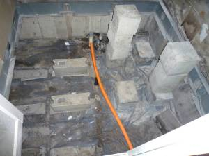 画像10(風呂場床下の水道管からのパイプ)