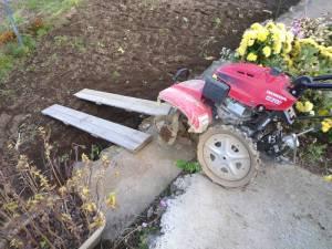 画像7(畑に耕耘機を下ろす)