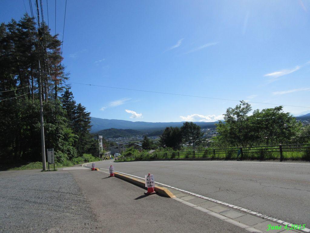 画像31(鳥居地峠の下り途中から富士吉田の町を展望)