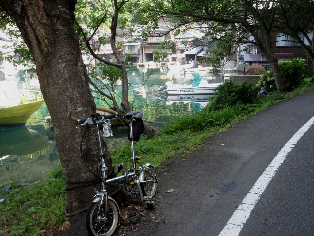 画像6(伊根の町並みを過ぎた場所から舟屋が見える)