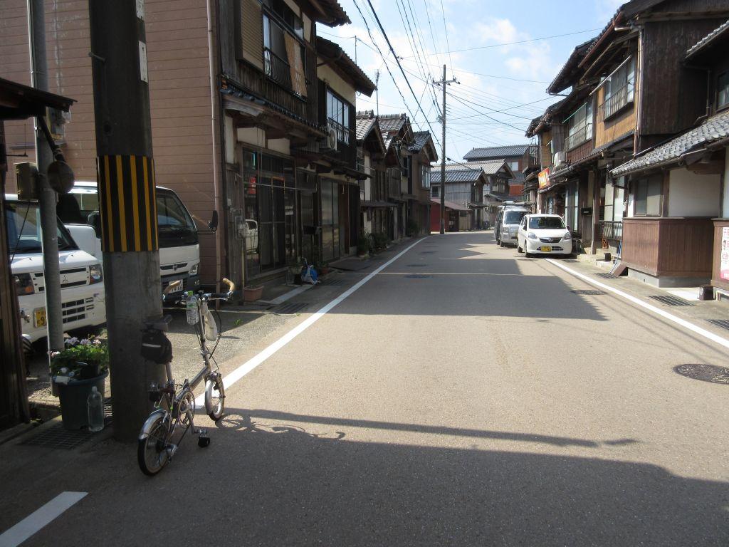 画像15(伊根の道路と家並み)