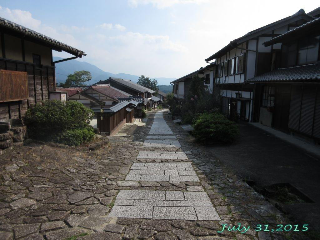 画像14(馬篭宿の上から見た街道)