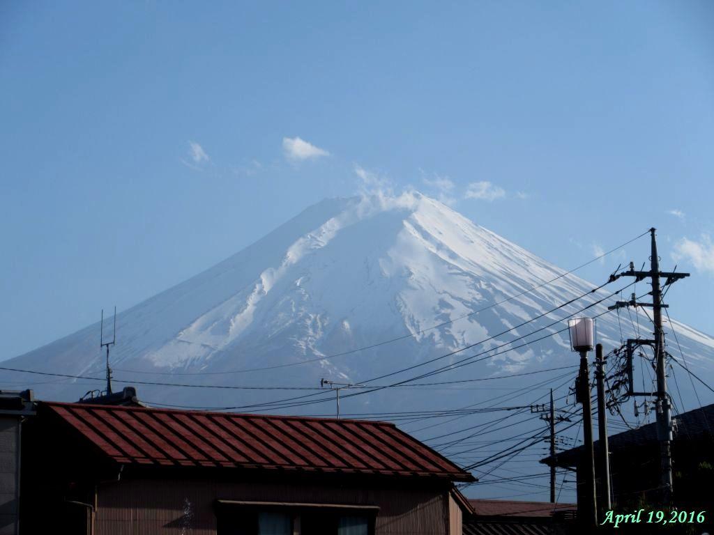 画像17(下吉田駅前から見た富士山)