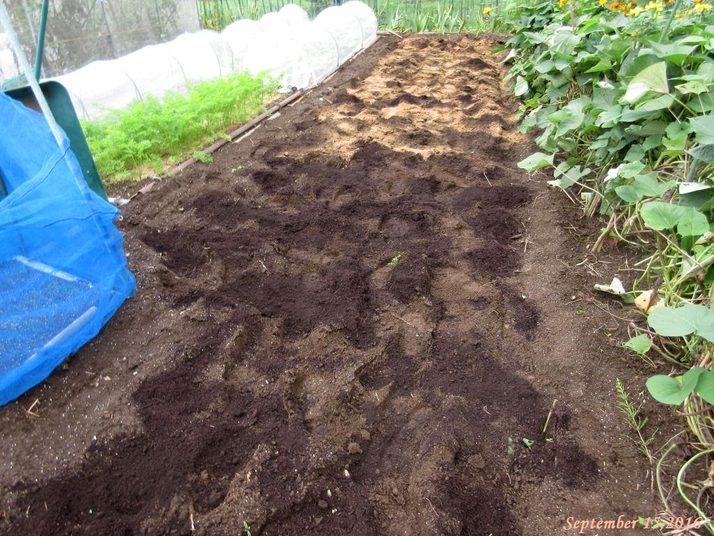 画像8(牛糞堆肥と油かす)