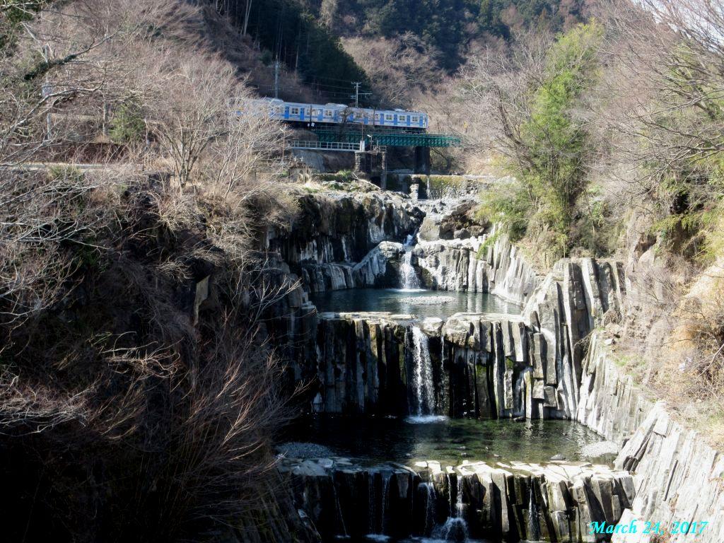 画像8(田原の滝を通過する電車)