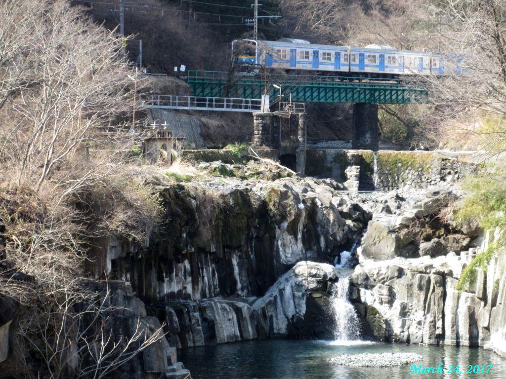 画像9(田原の滝を通過する電車)