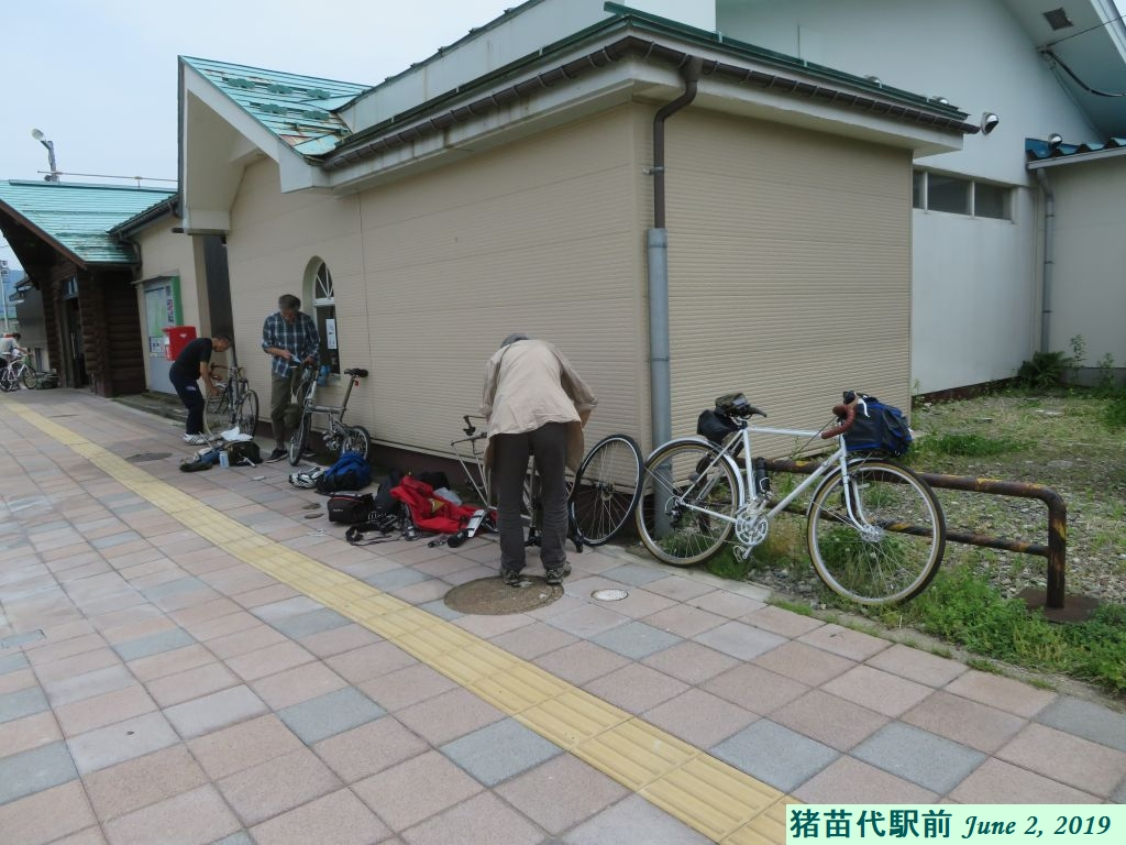 画像6(輪行部隊が猪苗代駅前で自転車組み立て)
