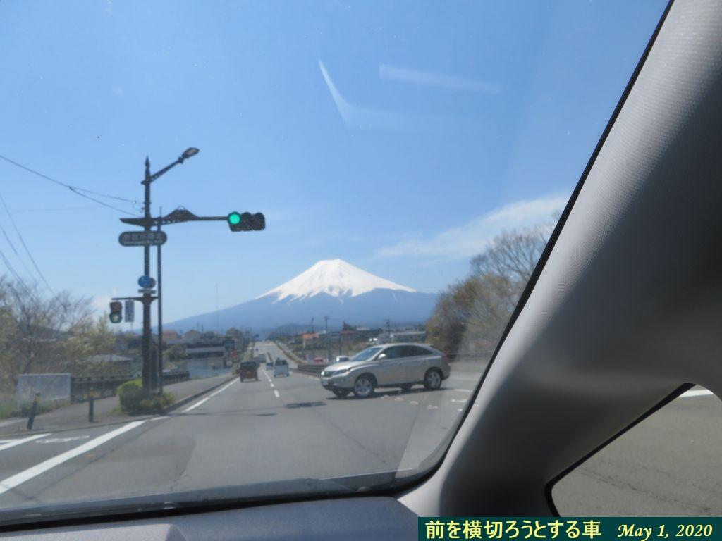 画像10(前を横切ろうとする車)