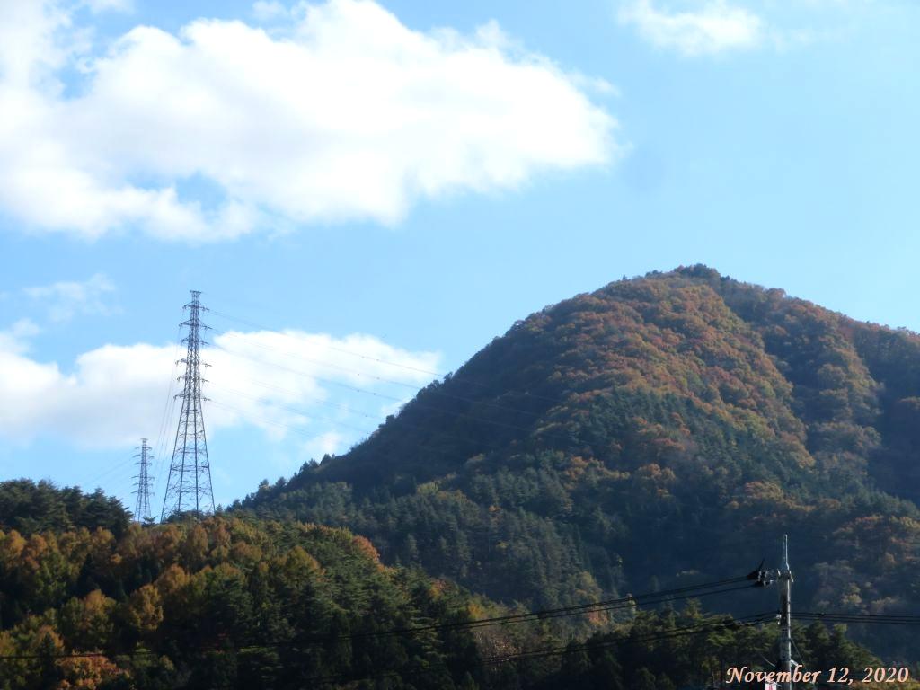 画像1(近くの山の紅葉)